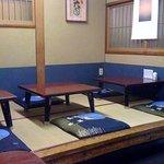 ふじ亭 - 1階は小上がりとテーブル席。