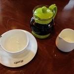 Cafe Terrasse ポコアポコ - 紅茶は小さいポットで提供されます。
