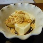 33199919 - 黄な粉と黒蜜で戴く胡麻豆腐のデザート。