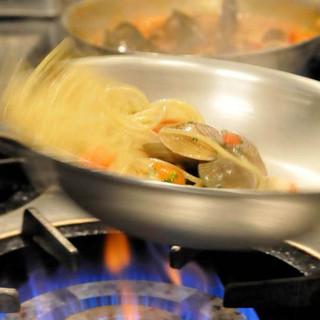 ライブ感あふれるオープンキッチンが、人気のひとつ。