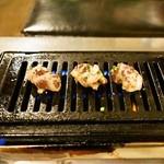 神保町食肉センター - 2014.11 ガスロースターで焼きます(焼いているのはレバー)