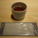 髙山堂 - 卓上に黒豆茶がサービスで