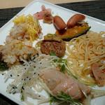 33202861 - スモークサーモンとごぼうのサラダ、茸と栗の炊き込みご飯、南瓜とソーセージのリヨネーズ、煮込みハンバーグなど