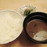 割烹 竹うち - 食事 白飯、赤出汁、香の物