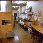 コーヒーロースト - 明るく綺麗な店内/この日も掃除してました