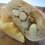 メルカート ラパンドール - 中に白インゲン豆とツナと玉葱をマユネーズで和えて包んだパンです。