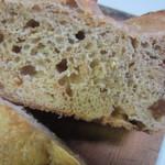 メルカート ラパンドール - レーズンを練りこみシナモンシュガーで仕上げたやや固めのパンです。