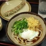 桜製麺 - 温玉ぶっかけうどんとちくわ天。ぶっかけと言っても、シャキッとした甘辛さの出汁がしっかり!