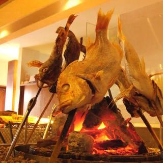 新鮮な肉や魚を、炭火で香ばしく焼き上げる【炉端焼き】