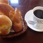 モンテカーサ - 料理写真:朝8時~11時はモーニングタイム。ドリンクをオーダーするとパンが食べ放題です。