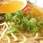 大氣圏 - 2012年7月 あごだしラーメン。あごの風味はほのかに香る程度のあっさりスープ