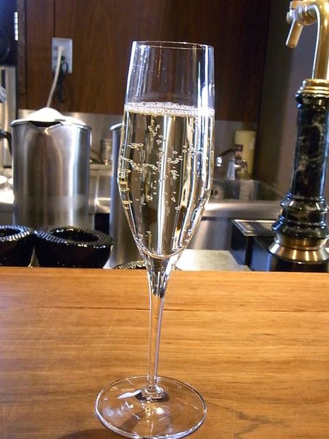 エッソンス・エ・グー - 1杯目は白・泡・辛口・フローラルな香り☆♪