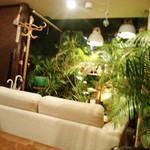 MOLE - 緑の囲まれるソファー席