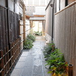 祇園 にしかわ - 奥深く、そこに素敵で美しく広々としたお店が待ち構えています。