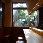鎌倉みよし - カウンター席から見える草木がいい感じです