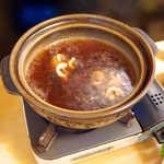 いな穂 - 甘辛い醤油スープでぐつぐつ、鴨肉の旨味を煮出します
