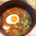 豚三朗 - 最初は魚介の香り、それから甘味・酸味とも強く感じられるスープだ