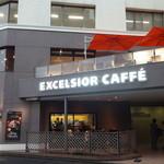 エクセルシオールカフェ - 外観写真:御成門交差点の角、2階にはバルコニー