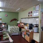 まちこ庵 - 店内には客席がL字型に並びます。奥に厨房。写真の撮影位置にテーブル席。2010年2月撮影。
