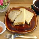 スリービーンズカフェ - モーニングトースト(角食・カンパーニュ)
