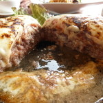 イロイロ - チーズとトマトの大きなハンバーグ¥1280(カットしたハンバーグの間に溜まっているのは全て肉汁です!)