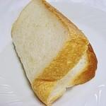 33245135 - イギリスパンは折っても割れないですw ふんわふんわですw