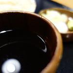 蕎八 かやの - そば汁はさらっとしたタイプ。宗田節か亀節と思われる深い味わいが素晴らしい。
