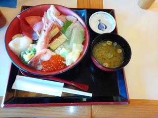 横濱屋本舗食堂 - 手前から時計回りでイクラ、ボタンエビ、アジ、ホタテ、まぐろ、カンパチ、ヒラメ、ガリ、玉子焼き、1500円でした。