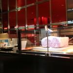 ステーキハウス ビーフオークマ - 外には近江牛が置いてある