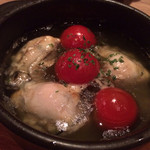 ワインカフェ - 牡蠣とプチトマトのアヒージョ