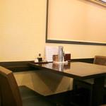 とんかつ ひろ喜 - 1人でも気軽に入れるカウンター席の他、グループ向けのテーブル席もあります。