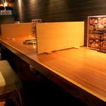 王道 - 1~2人向けのカウンターの他、テーブル席もあります。