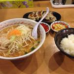 ラーメンめん丸 - 味噌ラーメン餃子セット930円