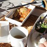 Marie - 食べかけの写真になってしまいましたが、丸ごと玉ねぎと牛肉の煮込みのランチセット。パン、サラダ、スープが付きます。