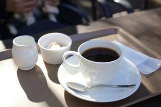 ル・フィヤージュ - コーヒー。番号札をもらってお店から呼ばれるので入り口まで受け取りに行きます。
