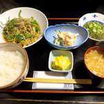 おいしい台所12カ月 - 〔日替ランチ〕 チンジャオロース、ポテトサラダ、めかぶ酢の定食(¥800)