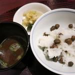 潤菜 どうしん - ムカゴのご飯と赤だし、漬物。お代わりOK。