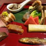 潤菜 どうしん - 肴の盛り合わせ。鯖南蛮、ほうれん草だし巻き、白ネギ酢漬け、魚の飴煮、からすみ粕漬け、なまこ。