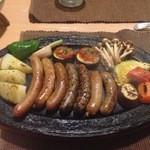 セント シュバイン - 2014年11月:Bコース(\3300)…ソーセージグリル:胡麻味とか辛い野とか全部違う味で美味しかったです