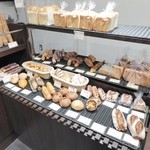 33277443 - 色々なパンが並んでいます