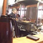 江戸路 - 1Fカウンター席より厨房を望む (14-12)
