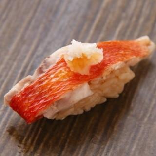最良の魚をさらに美味しく。一級品のウニは常に数種類ご用意