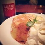 アマンダコーヒーズ - アップルシナモンパンケーキ。ドリップコーヒーのトールサイズと合わせて881円。