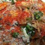 広島風お好み焼き かっちゃん - 胡椒と一味をこのくらいかけても美味い