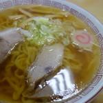 桜井食堂 - 豚骨鶏がらのスープですが、独特の風味を感じます。なんかの香味野菜でしょうか。