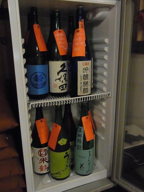 國酒の仕業 - 2階の冷蔵庫。この中から好きなものを好きなだけ自分で注ぎます