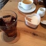 33291084 - ドリンク アイスティーとホットコーヒー(コーヒーはおかわり一杯できました)