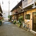 大西亭 - ビストロがあるようには見えない昭和の香りがする細い路地(一番奥にお店はある)