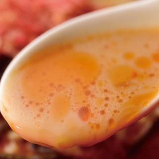 全ての麺メニューにラード不使用の特製エビダレを使用
