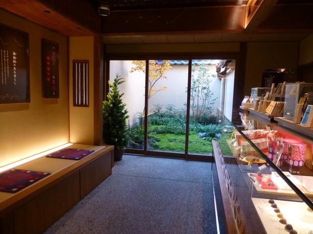 マールブランシュ 加加阿365祇園店 - お店の奥には、小さいけど風情のある庭がありました♪